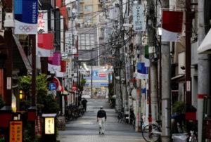 都内の路地を歩く人
