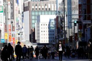 東京都銀座を歩く人