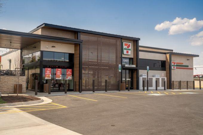 ファーストフード店を併設した米7-イレブンの外観