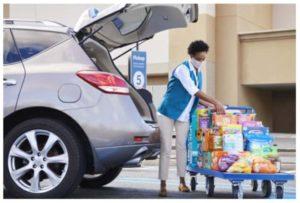 商品を車に積み込むウォルマートの従業員