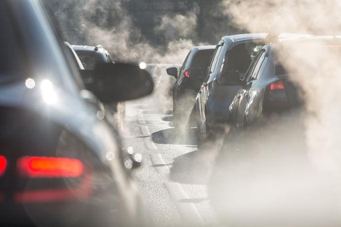 自動車業界では、産業に対して政府主導で規制を行い目標を課し、産業はそれを技術革新で達成するという循環が持続的な産業発展を可能にしてきたElcovaLana/istock