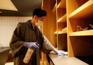 星野リゾートが運営する都内の宿泊施設で除菌作業にあたる従業員