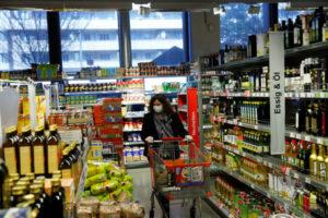 ウィーンのマーケットで買い物をする人