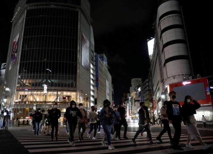 夜の都内を歩く人々
