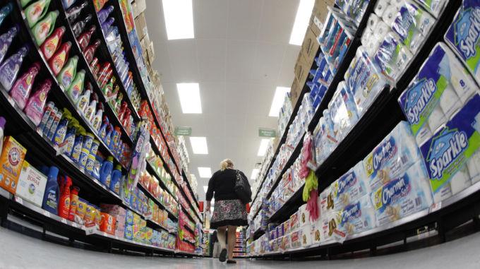 米のマーケットで買い物をする人