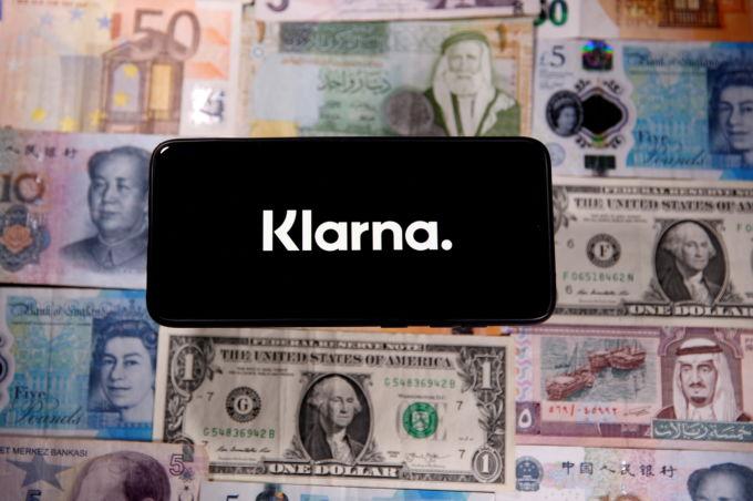 クラーナのロゴと世界の紙幣