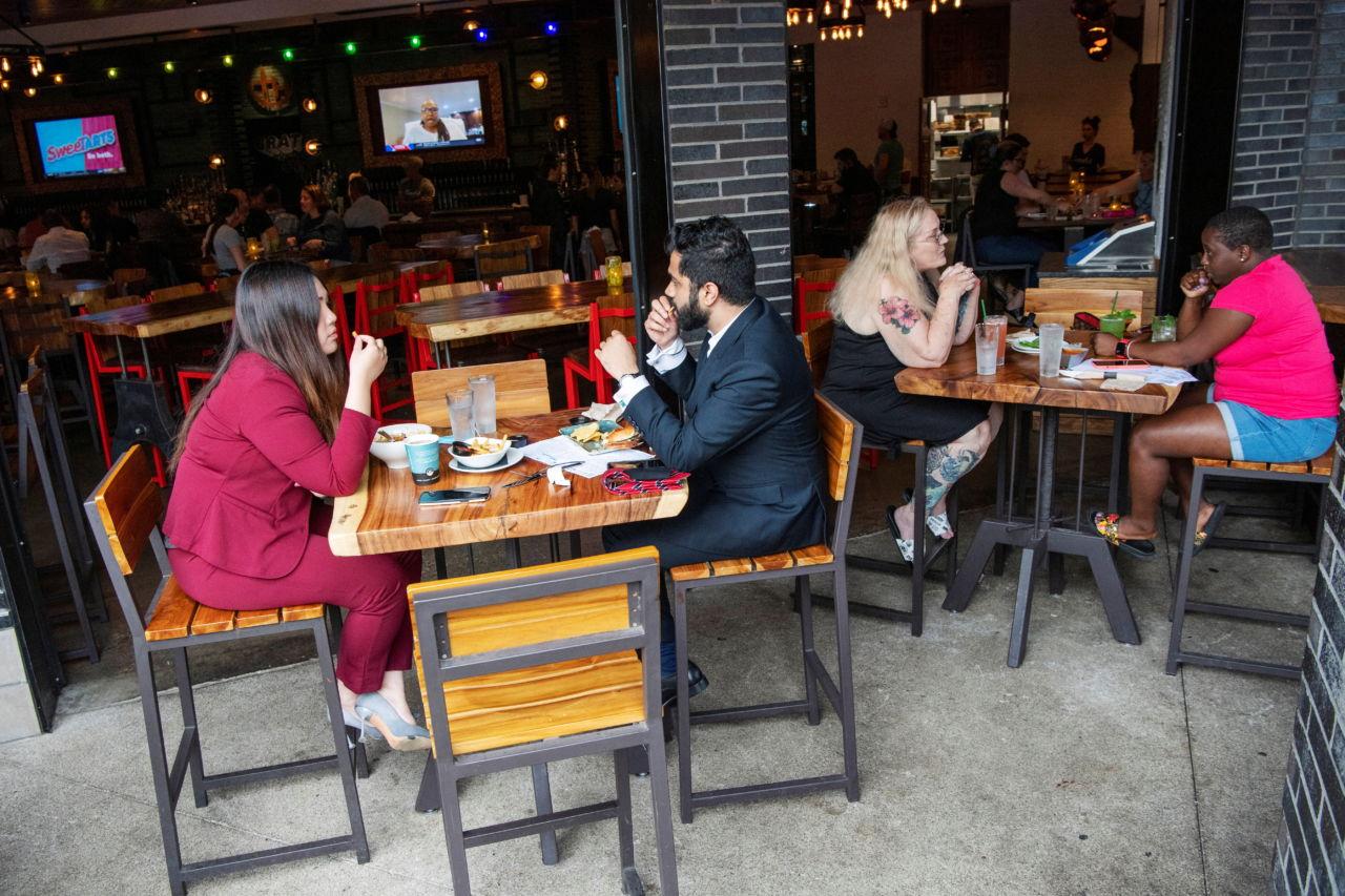 米国のレストランで食事をする人