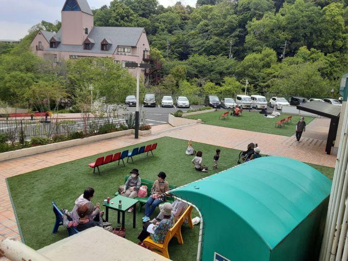 関西大学の協力のもと、住民と一緒に老朽化したベンチや手すりをペンキ塗りするイベントを開催。写真のようにきれいに生まれ変わった