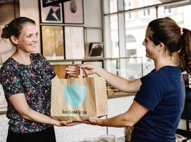 「トゥー・グッド・トゥー・ゴー」で注文した販売期限切れ間近の商品を店舗で受け取る様子