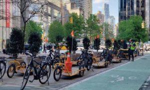 ホールフーズマーケットの配送自転車。店舗から数分の路上に駐輪場を仮設