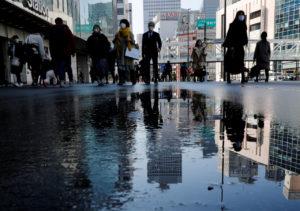 雨上がりの都内を歩く人