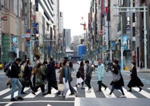 東京・銀座の横断歩道を渡る人々