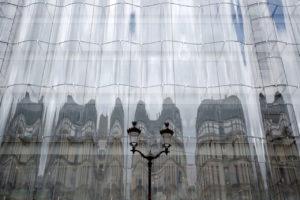 ガラスに映ったパリの街