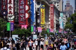 買い物客でにぎわう上海の繁華街