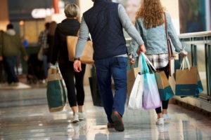 米国ペンシルベニア州にあるショッピングモールで購入した商品のバッグを持つ買い物客