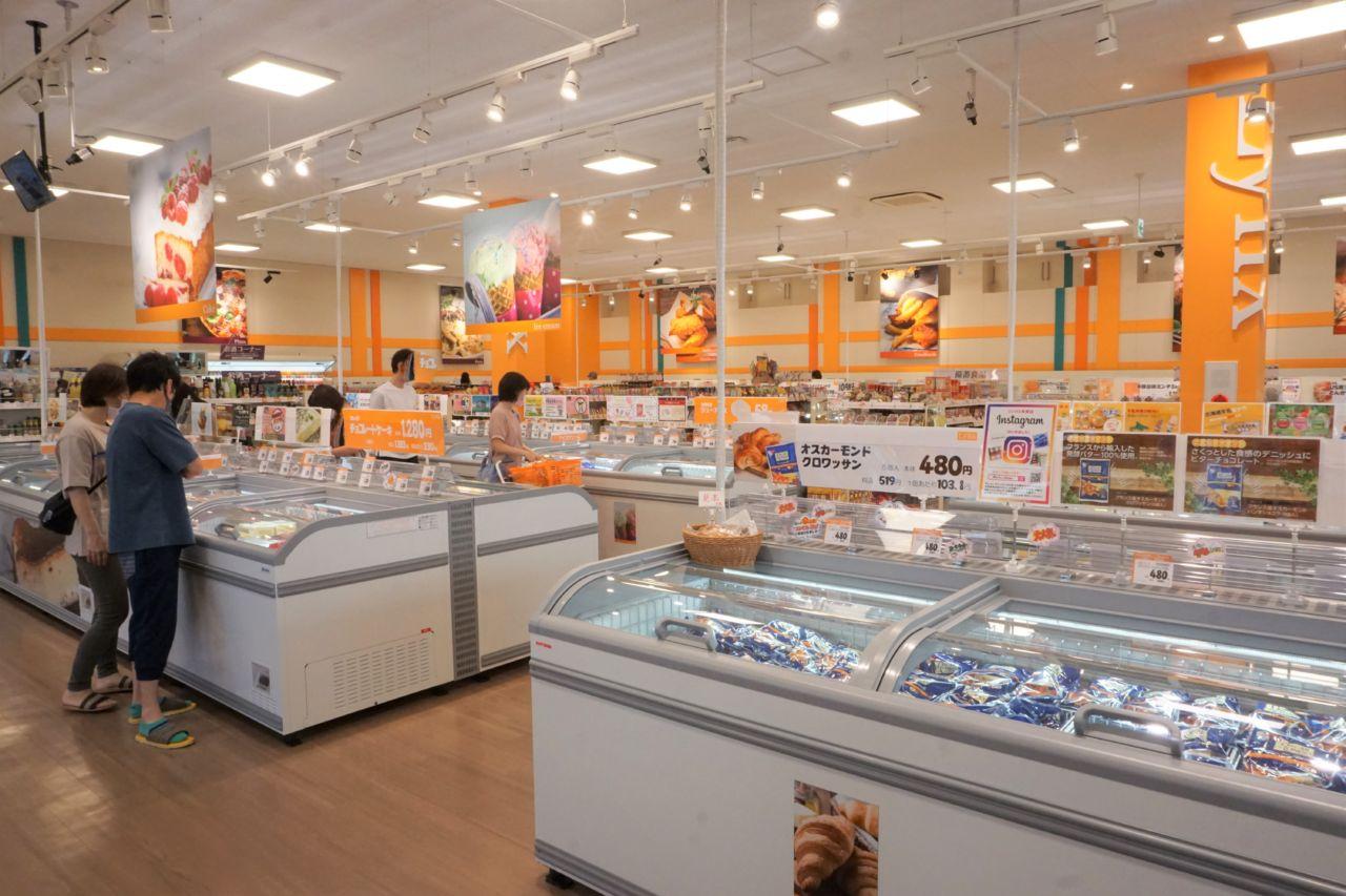 内装にはオレンジをアクセントに使用。明るい空間演出で、若い世代の来店を促す