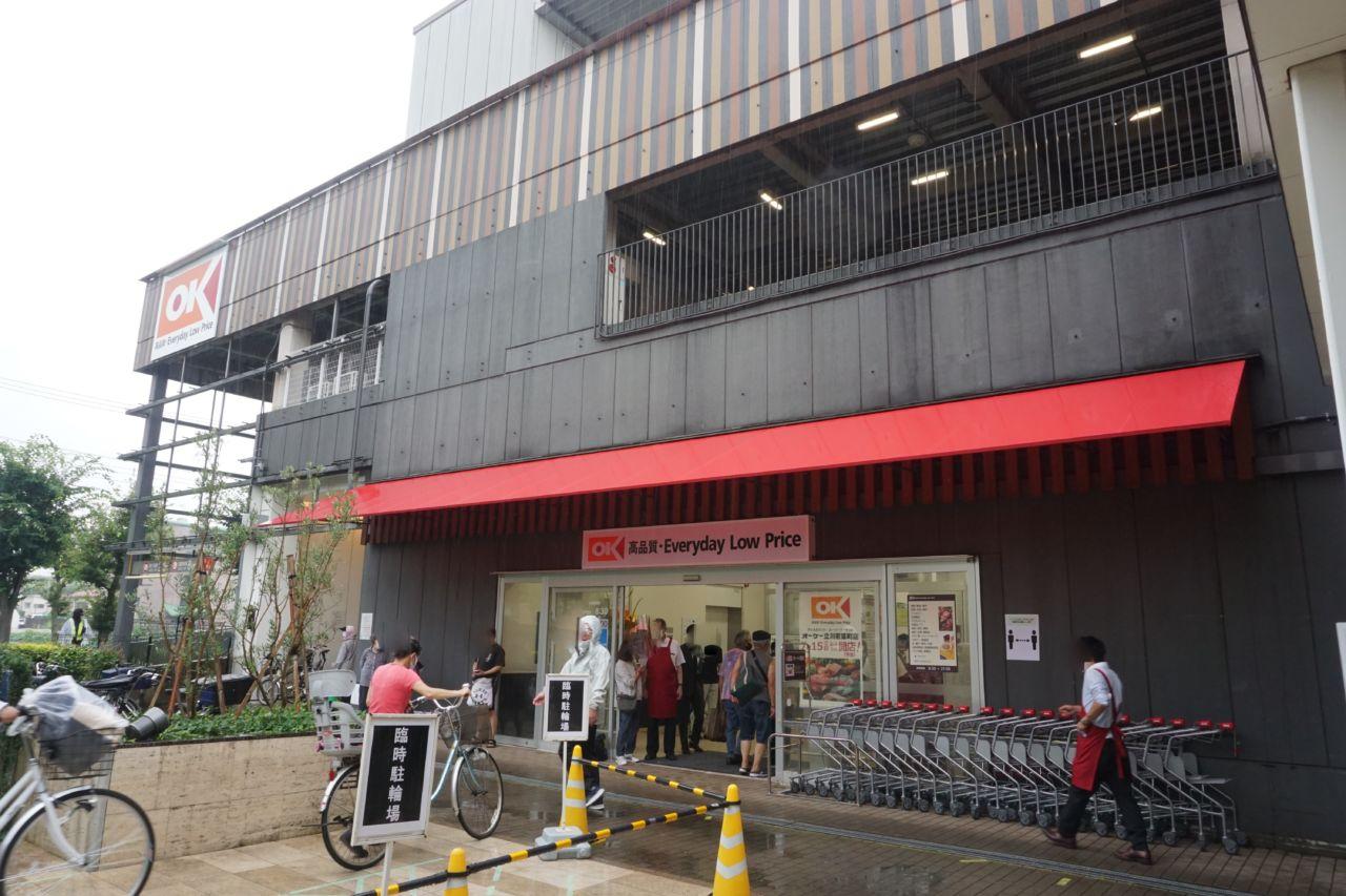 東京都立川市にオープンした「オーケー立川若葉町店」。ショッピングセンター「若葉ケヤキモール」の1階に入る