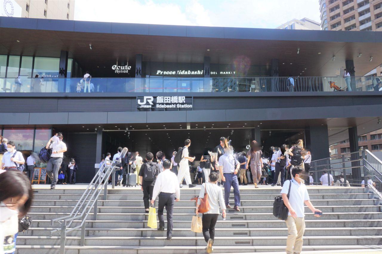 JR中央・総武線「飯田橋」駅の新西口正面から見える、視認性の高い場所にオープンしている