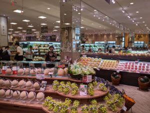 商業施設2Fと繋がる出入口側の売場トップは青果で、総菜へと流れる