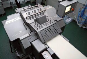 食肉加工機器メーカー大手が発表した、スライス肉の自動盛りつけロボット