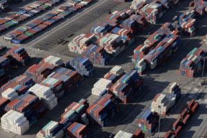 米国の港に置かれたコンテナ