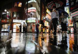 池袋の街を歩く人々