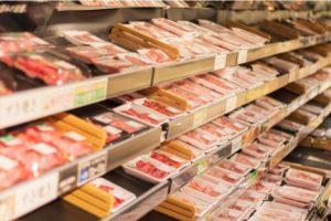 スーパーの陳列棚に並ぶ精肉
