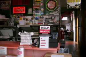米の店舗レジに貼られた求人