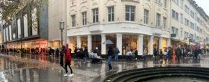 独ボンの店舗前に並ぶ買い物客