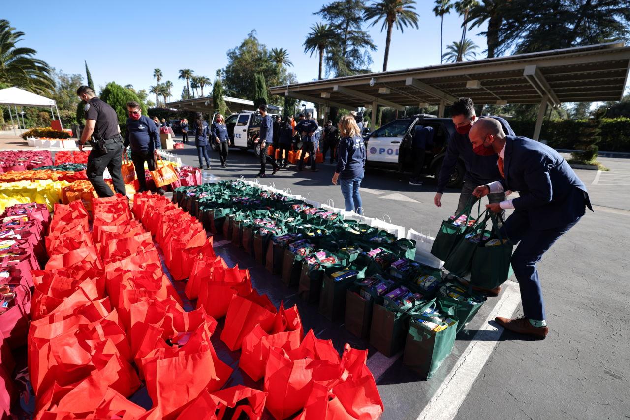 米ロサンゼルスで、ホームレスの人々に配る食糧を車に積むボランティア