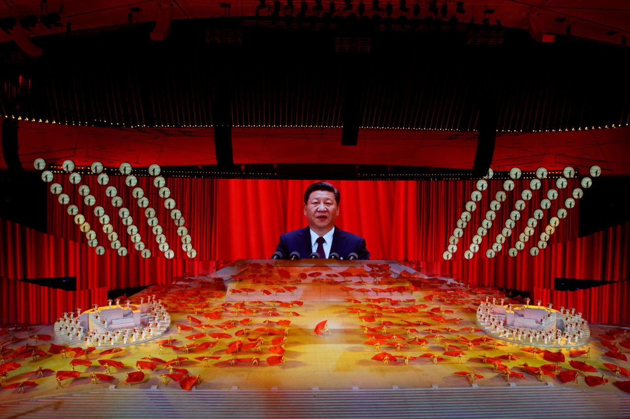 北京で行われた中国共産党創立100周年の記念式典で、スクリーンに映し出された習氏の姿