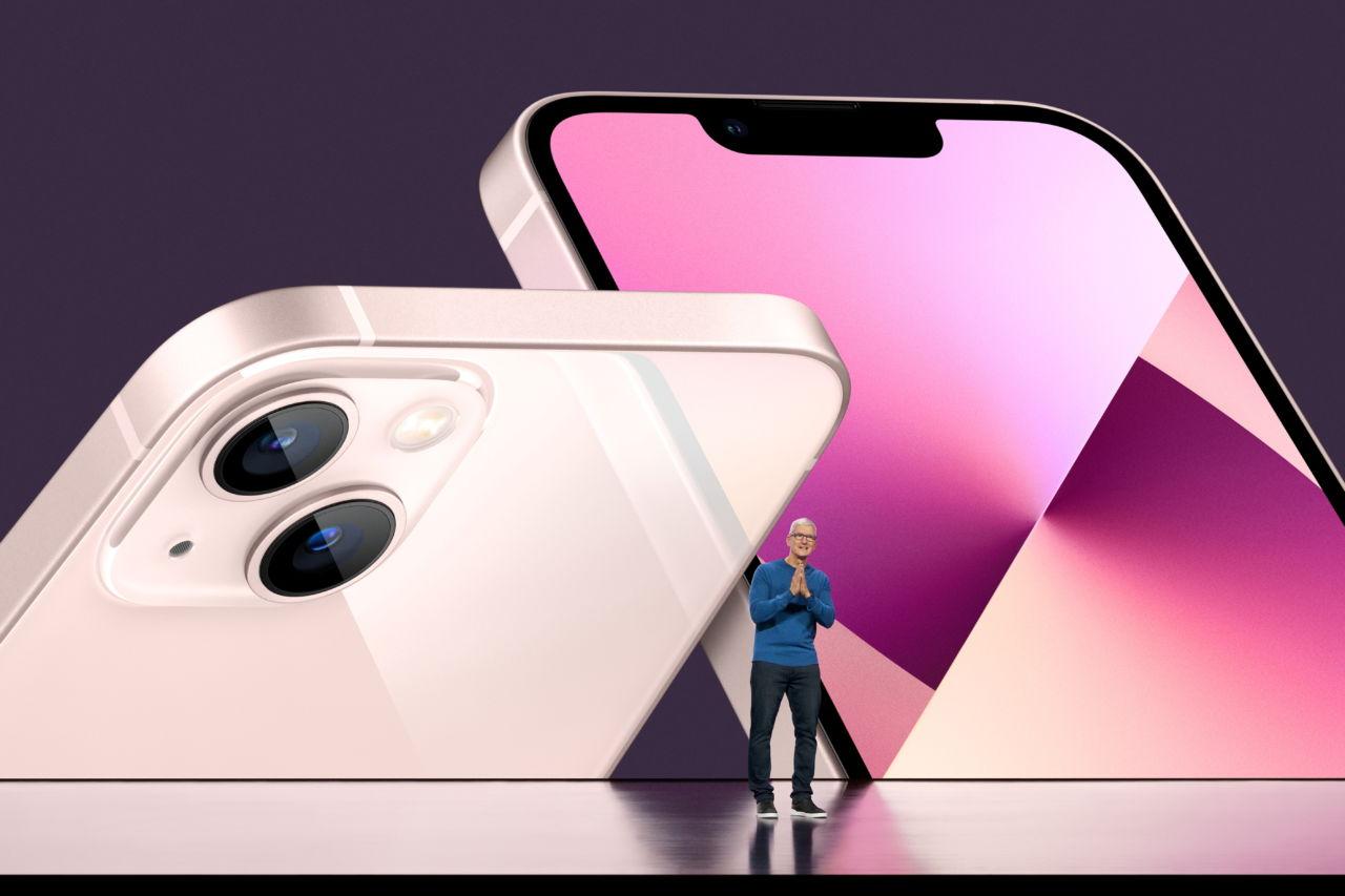 新型iPhoneを発表するクック最高経営責任者(CEO)