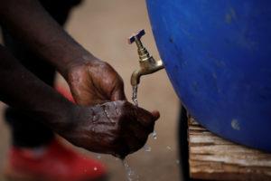 ナイロビ最大のスラムであるキベラで、非営利団体「シャイニング・ホープ・フォー・コミュニティーズ(SHOFCO)」が設置した給水所