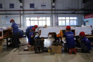 中国・天津の無人搬送車工場で働く従業員