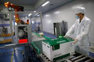 天津市のリンプー・バイオテック(天津瑞普生物技術)で、ニワトリ用のワクチンをチェックする職員