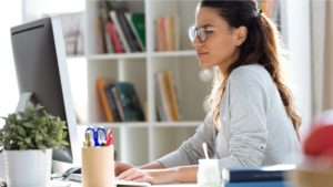 米アマゾンの現場従業員が自宅で勉強をしているイメージ