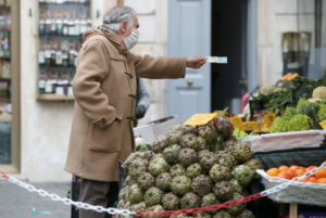 ローマの市場で買い物をする人