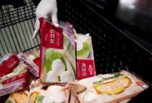 中国のスーパーでカートに商品を入れている人