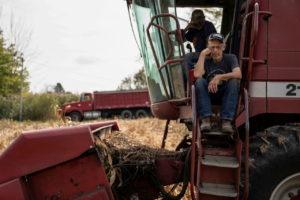収穫用コンバインの修理を待つオハイオ州ラベンナのデール・ネシングさん