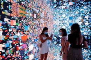 「マシーン幻覚 宇宙:メタバース」と題するアート作品。香港で9月開催されたデジタルアートフェアで撮影