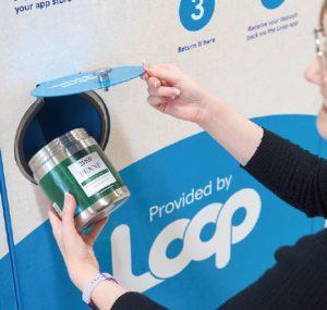 テスコの専用ボックスで「ループ」の使用済みパッケージを返却する様子